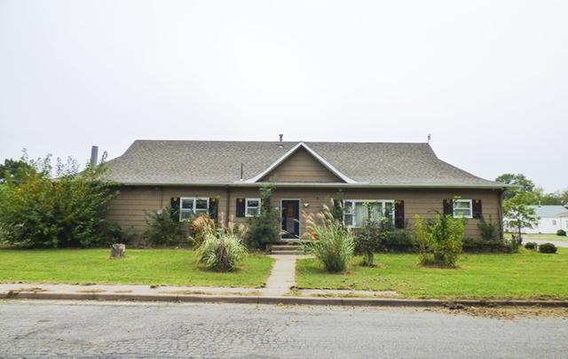 202 S Plum St, Pretty Prairie, KS 67570 (MLS #558201) :: Select Homes - Team Real Estate
