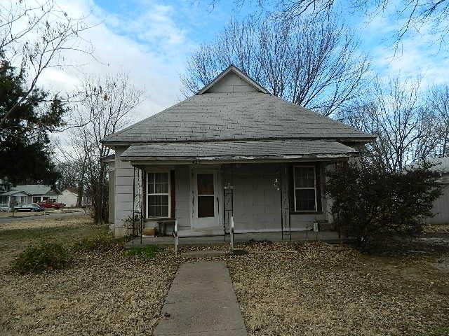 423 Indiana, Winfield, KS 67156 (MLS #561340) :: On The Move