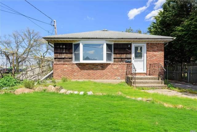 Westbury, NY 11590 :: Cronin & Company Real Estate