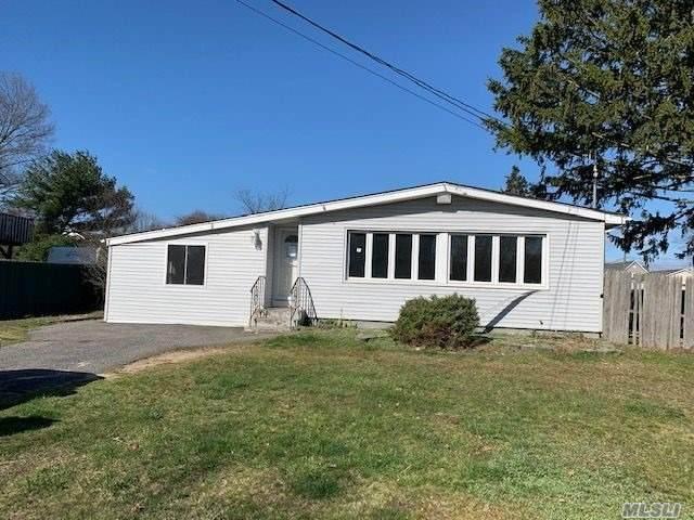 1180 Hyman Ave, Bay Shore, NY 11706 (MLS #3210512) :: Mark Boyland Real Estate Team