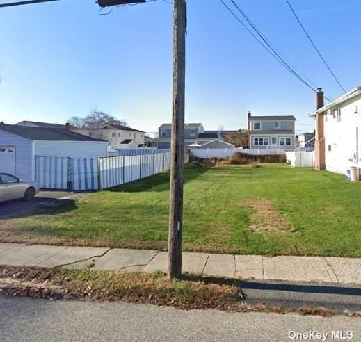 137 Linton Avenue, Lindenhurst, NY 11757 (MLS #3323557) :: RE/MAX RoNIN