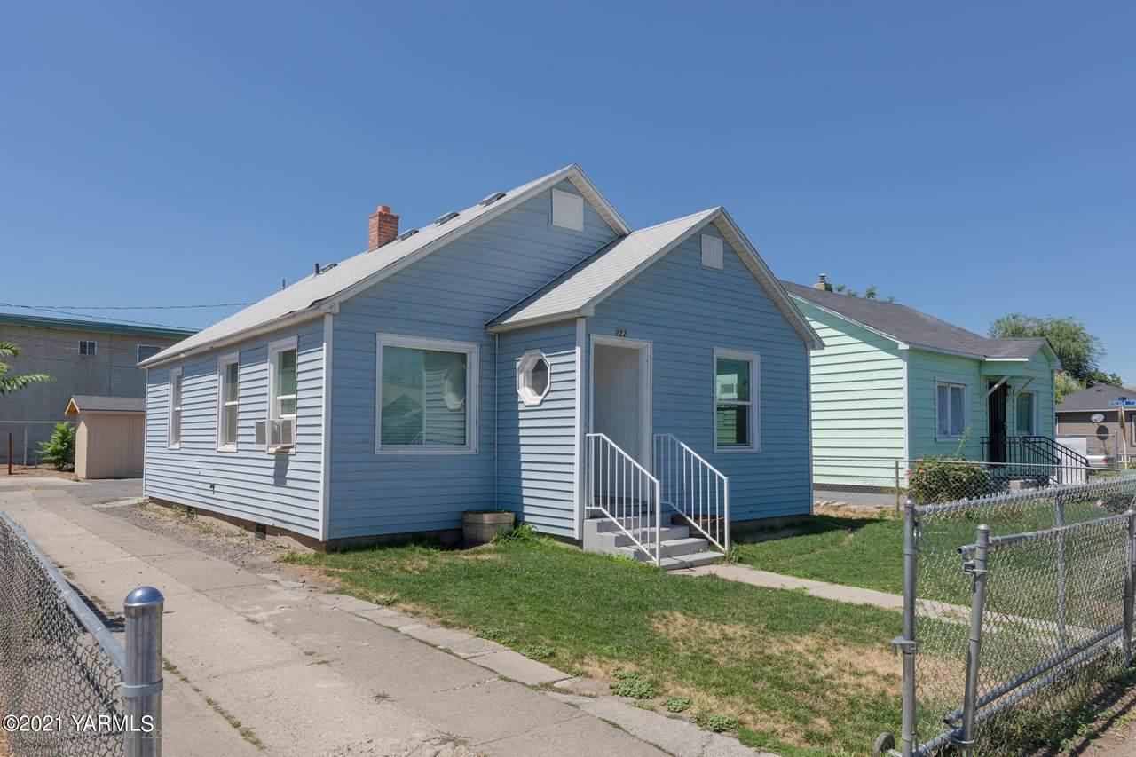 222 Custer Ave - Photo 1