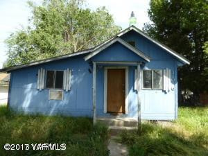 106 W Elizabeth St, Wapato, WA 98951 (MLS #17-2865) :: Heritage Moultray Real Estate Services