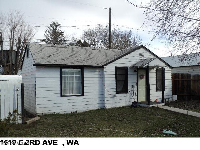 1619 S 3rd Ave, Yakima, WA 98902 (MLS #17-2867) :: Heritage Moultray Real Estate Services