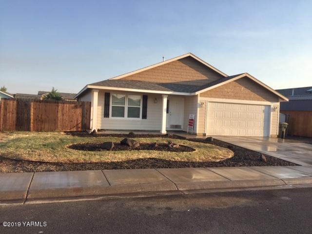 806 Cascade Ave, Moxee, WA 98936 (MLS #19-1866) :: Joanne Melton Realty Team