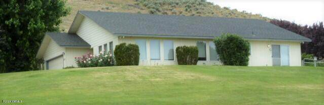 3811 Aaron Rd, Moxee, WA 98936 (MLS #21-1305) :: Heritage Moultray Real Estate Services